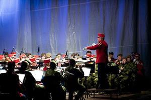 Festival Salute-orkestern leddes av Thomas Hellström som även har bearbetat arrangemanget till Händels fyrverkerimusik.