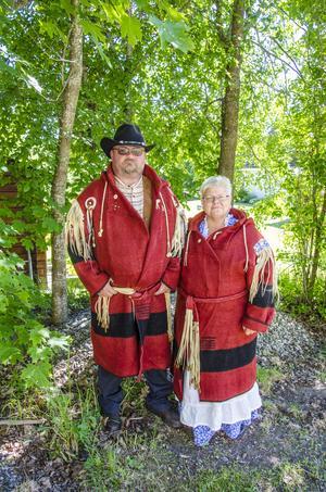 Timråparet har flera olika tidstypiska kläder i garderoberna. Här i röda kappor i ull.