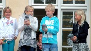 Brevduvor släpptes på Matfors skola när läsåret invigdes.                  Fr. v. Elsa Lundgren som blåste fanfar samt Hanna Büttner, Jonathan dé la Rosiee och Hilda Magnusson med händerna fulla.