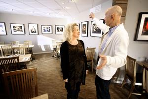 """Nya ljusa lokaler. Restaurangchefen Kicki Wilhelmsson och Peter Flack samtalar om kändisarna inom film och musik som pryder väggarna på """"nya"""" Drängen."""