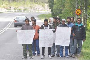 Bangladeshiska bärplockare protesterade i somras genom en vandring till fots från Bensjö till Bräcke.   Foto: Ingvar Ericsson
