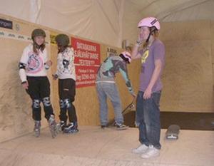 rosa är populärt. Hofors BMX & Skate har köpt in utrustning för att besökare ska kunna prova på BMX-åkning, skateboard, kickboard och inlines. De rosa hjälmarna lär vara populära bland manliga besökare.