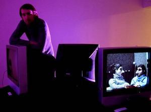 Skärm vid skärm. Idkas Viktor Eriksson presenterar ung videokonst.