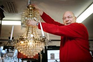 """""""KAN LAMPOR"""". När Kevin Parker öppnade sin antikaffär 2005 tyckte Gävleborna mer om loppisfynd än antikviteter, men har """"över tid actually upptäckt charmen och värdet i antika föremål och möbler"""". Och lampor, för på-stan talar man om Kevin som mannen-som-kan-lampor."""