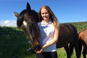 Ellen Lunneborg, Härnösands Ridklubb, med sin D-ponny Essenar Fleur De Lis. Duon har kvalat in till SM senare i sommar.