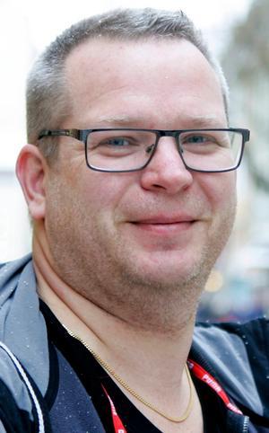 Torbjörn Rinzén,…45 år, Östersund:– Ja. Jag snusar och jag är gourmet. Jag älskar god mat och gott vin. Jag har tänkt sluta snusa, men det får bli i framtiden. Jag har gått över till…portionssnus.