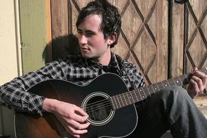 Med en reportar på cirka 50 egenskrivna låtar ska Jon-Olov Woxlin från Bergsjö sjunga och spela på den anrika puben Engelen i Gamla stan i Stockholm.