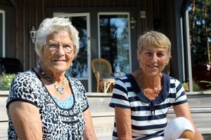 Vänskap. Ellen Johansson och Anita Forslund är vana besökare av konstrundan. Foto: Maria Askerfjord Sundeby
