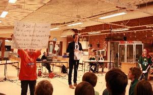 Bägge lagen hade starkt stöd med hejaramsor från sina klasser. På bilden ses Säters lagledare Rasmus Enquist leda talkören.