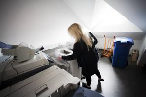 På kontoret. Jonna Embretsén förbereder sig genom att skriva ut tågorder.