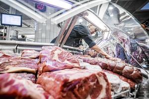 Att äta nötkött har samma effekt på klimatet som tobak har på lungorna, skriver skribenten.