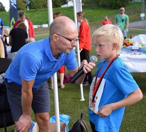 Segraren i knappeloppet på 400 meter Milton Carpenhammar blir intervjuad av speakern Peter Lidholm.