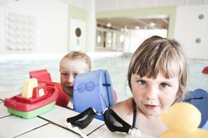 Elton Lund Edarve och Selma Persson hade fullt upp med sina leksaksbåtar och inte mycket tid över för en intervju, bada ska de båda göra i sommar.