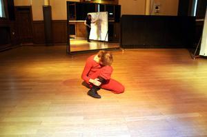 Dansaren Sara Oja improviserade tillsammans med konstnären Ida Norlén.