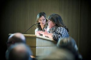 Gia Whitehead från Arbrå och Nina Pettersson från Kilafors är kritiska mot medborgardialogen om framtidens skola i kommunen.