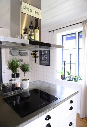 Köket har renoverats med en lantlig stil som bas och har kompletterats med rustika och industriella inslag.