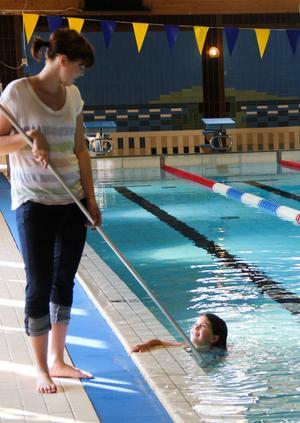 7-åriga Emilia Arvenberg kan simma lite grann själv.