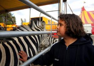 Ellinor Fällman, 9 år, gillar allt med cirkusen. Hon passade på att berömma artisterna och hästarna i pausen.