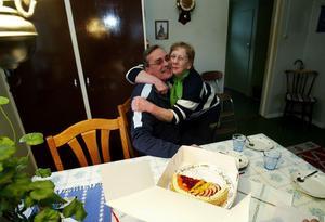 Den här killen har alltid varit snäll, säger Anna-Sara Näslund och kramar om lantbrevbäraren Lars Alin. Det kan vara sista gången han besökte henne för bankärenden. Den som är över 80 eller ofärdig måste i framtiden ansöka om