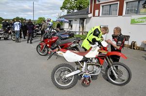 En sista justering. Anders Karlsson får hjälp av Leif Rosell med en sista justering medan resten av deltagarna på offroad-dagen fick information.