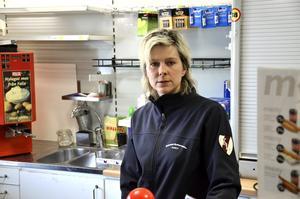 Öppnar kiosken. Jennie af Ekenstam slår upp portarna i hopp om att kunna erbjuda Åsbroborna en trevlig samlingspunkt.