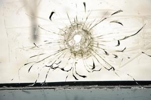 Kulhål. Ett kulhål efter en attack mot den judiska församlingen i Malmö. Antisemitismen erbjuder, liksom islomofobin, en enkel förklaring på ett komplicerat skeende. Arkivfoto: Stig-Ake Jönsson/Scanpix