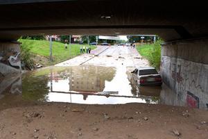 Efter ett par timmar har vattnet sjunkit betydligt. En bil, som stått på gatan sedan lördagen, står kvar.