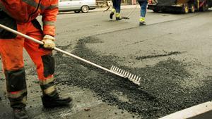 Investeringar på 54 miljoner kronor i vägbeläggning samt 20 miljoner i gång- och cykelvägar stundar. Foto: Erik G Svensson/TT