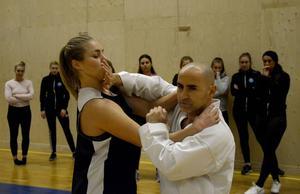 Moa Lundqvist och lagkamraterna i Östersund Basket fick en annorlunda träning när karateexperten Anthony George Mdawar visade dem självförsvarsteknik. Moa Lundqvist tycker att kunskaperna är nödvändiga, men att det samtidigt är illa att de behövs.