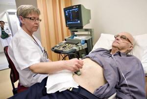 Med hjälp av ultraljud kan man ta reda på om det finns ett bråck på stora kroppspulsådern. Undersökningen tar bara några minuter, säger sjuksköterskan Christina Sjöström.