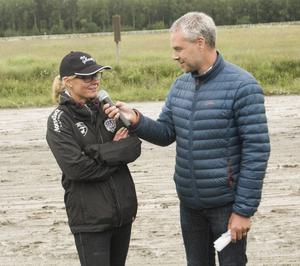 En mycket rörd Malin Löfgren intervjuas av Patrick Sjöö, mellan två av loppen i inledningen av travdagen.