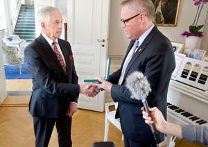 Byggföretagaren och eldsjälen Karl-Ivar Jonasson fick på onsdagen ta emot en kunglig medalj för betydande gärning. Medaljen delades ut av landshövdingen Jöran Hägglund.