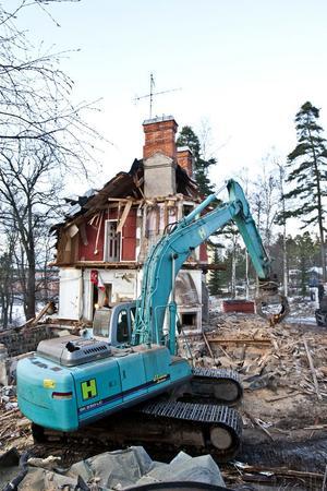 Nu rivs den pampiga före detta Aseavillan i Magnetenområdet. Alternativet hade varit att lägga ett par miljoner på rust av huset, enligt kommunens fastighetschef.