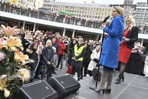 #Metoo. Jämställdhetsminister Åsa Regnér talar på manifestation i Stockholm.