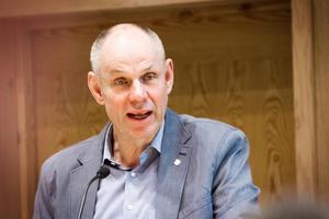 Bengt-Olov Renöfält (C) insinuerade att kommunledningen tar viktiga beslut i skymundan.