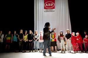 Dansledaren Willson Phiri med sin dansensemble.