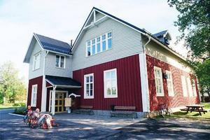 I stället för att bygga om nedlagda Ovikens skola till förskola säljs den nu. Kommunen utreder en billigare lösning för förskolan.
