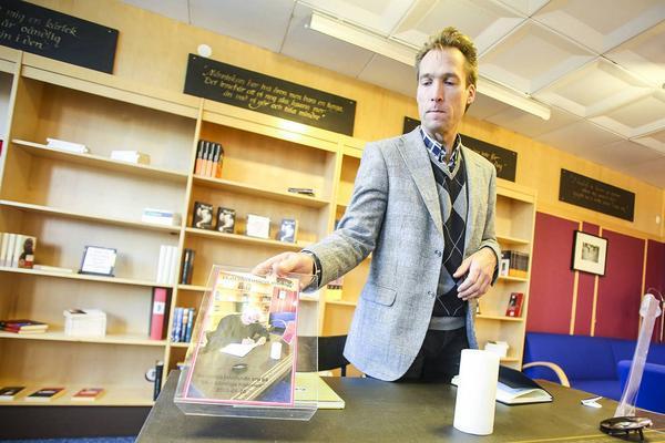 Patrik Byström med ett foto av Henning Mankell, där han började skriva på