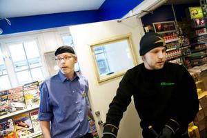 Bråda dagar för Royne Ellingsson på Pressbyrån och Anders Johansson på DHL som de senaste dagarna hanterat ett stort antal brandsläckare. Foto: Lars-Eje Lyrefelt