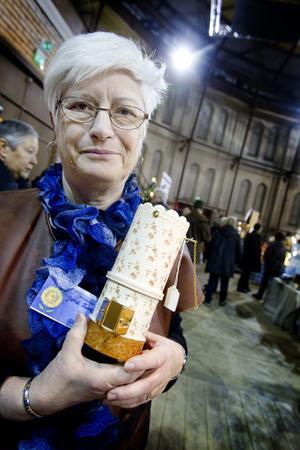 Gerd Funke från Tierp gör minikakelugnar som man kan ställa ljus i. Vissa mönster hon målar är autentiska och kommer från kakelugnsfabriken i Tierp som stod obrukbar i decennier innan den revs 1975.