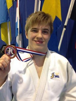 Victor Allansson med sin senaste medalj.