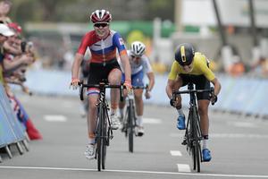 Anna van der Breggen och Emma Johansson gjorde upp om guldet i OS. Kort tidigare hade Johansson peppat van der Breggen efter lagkamraten Annemiek van Vleutens otäcka krasch.
