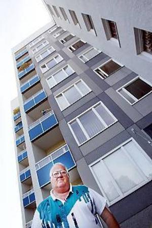 Pustar ut. Till Mats Söderbloms lägenhet är det 112 trappsteg. En fungerande hiss är då en förutsättning.Foto: Lasse Halvarsson