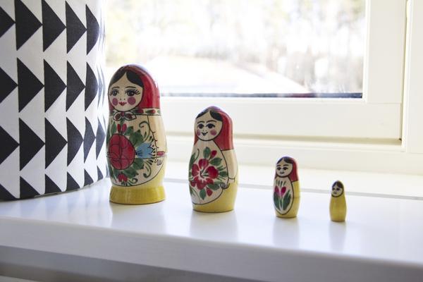 En present. Babushkadockorna står på fönsterkarmen i äldsta dottern Tyras rum. Hon fick dem av sin farmor, som köpte dem på en utlandsresa.