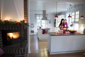 Cecilia och dottern Stella trivs bra i huset i Målsta. Familjen flyttade hit för två år sedan.