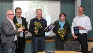 Lennart Hammarsten delar ut blommor till företagarna som har nominerats till Eldklotet: Anders Valler, Olov Johansson, Mats Gunnarsson och Ingela Alvengren.