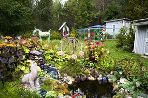 Trädgården andas fantasi och mystik. Här bor en kvinna som inte spar på färg och form. Konst och skapande har varit en röd tråd i hennes liv.