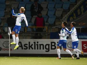 Norrköpings Kalle Holmberg tar ett glädjeskutt efter sitt 2–0 mål mot ÖSK. Örebrosonen har exploderat i Norrköpings dräkt, och jagar nu skytteligatiteln.