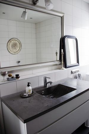 Handfat av betong i badrummet.