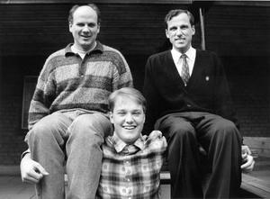 April 1993: Magnus skriver på för SAIK, och välkomnas av ledarna Arne Anderstedt och Thony Lindquist.